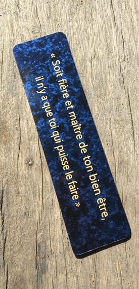 Marque page souple marbré bleu et gravure en or